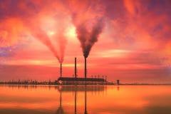 Industriellt landskap vid sjön Arkivbilder