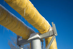 Industriellt leda i rör med gul termisk isolering fotografering för bildbyråer