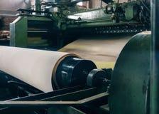 Industriellt maskineri som för tillverkning av används, panels och arket royaltyfria foton