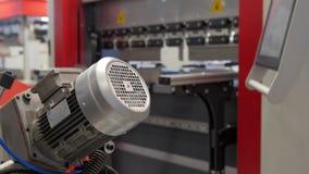 Industriellt metallarbete - automatisk robotic maskin, teknologibakgrund arkivfilmer
