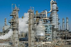 industriellt oljeraffinaderi Royaltyfri Foto