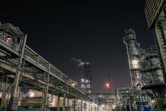Industriellt på natten arkivfoto