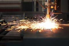 Industriellt plasmaklipp av metallplattan royaltyfria bilder