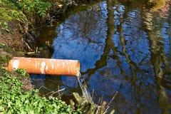 Industriellt rör som dumpar förlorat vatten Royaltyfri Bild