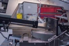 Industriellt såg med vatten som kyler för sågande metall arkivbilder
