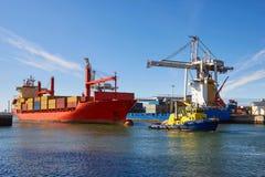 Industriellt skepp på havet som bogseras av bogserbåten, Porto Royaltyfria Bilder