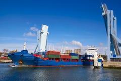 Industriellt skepp som ut går från en öppen klaffbro, Porto Royaltyfri Fotografi