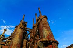 Industriellt stål staplar rostat och färgrikt med tiden i Betlehem PA på en sommardag Arkivfoto