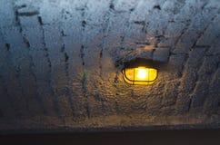 Industriellt takljus för tappning på vita tegelstenar arkivbilder