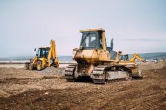 Industriellt tungt maskineri, detaljer av grävskopan och teknikerbyggnadshuvudväg arkivbild