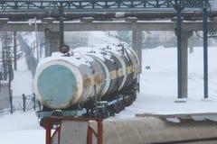 Industriellt vinterlandskap med vagnar, infrastruktur och rör Royaltyfri Bild