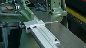 An Industriemaschine arbeiten, Ausschnittrahmen in der Werkstatt stock footage