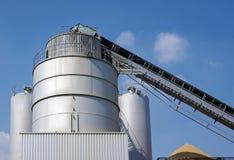 Industrien, Silo und Betonmischer Stockfoto