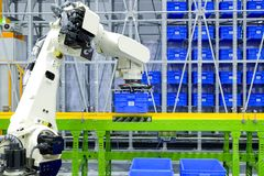 Industrieroboterfunktion auf intelligentem Logistikkonzept lizenzfreies stockfoto