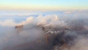Industriestadt von Mariupol, Ukraine, im Rauche von Industrieanlagen stock video