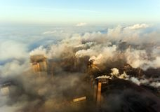 Industriestadt von Mariupol, Ukraine, im Rauche von Industrieanlagen und von Nebel an der Dämmerung stockfoto