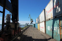 Industriezone bij Kolyma-het binnenland van Rusland van de rivierhaven Royalty-vrije Stock Afbeeldingen