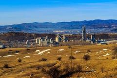 Industriezone binnen op de achtergrond met rokende fabrieksschoorstenen, bos en bergen Stock Foto's