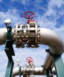 Industriezone, de pijpleidingen van het Staal op blauwe hemel Royalty-vrije Stock Afbeeldingen