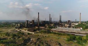 Industriezone hoogste mening, Mening van het industriële voorwerp, Binnenplaats van een fabriek, Luchtmening, Rook en brand, mili stock footage