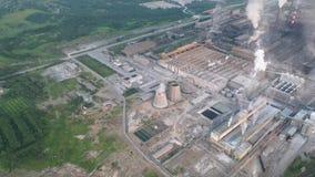 Industriezone met grote fabriekspijpen Dikke witte die rook van de schoorsteen in de lucht wordt gegoten milieu stock videobeelden