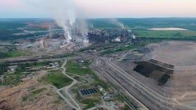 Industriezone met grote fabriekspijpen Dikke witte die rook van de schoorsteen in de lucht wordt gegoten milieu stock video