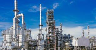Industriezone, olieraffinaderij, oliepijpleiding stock fotografie
