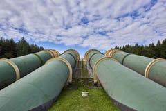 Industriezone, Staalpijpleidingen en kleppen tegen blauwe hemel Stock Fotografie