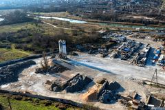 Industriezone van een stad dichtbij een rivier met de bouw van materiaal stock fotografie