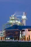 Industrikokkärl i oljeraffinaderiväxt royaltyfri fotografi
