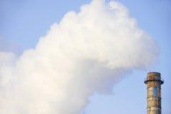 Industriële schoorsteen met reusachtige rookwolk Royalty-vrije Stock Foto's