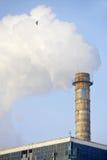 Industriële schoorsteen met reusachtige rookwolk Royalty-vrije Stock Afbeelding