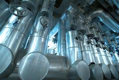 Industriële Staalpijpleidingen en kabels in blauwe tonen Royalty-vrije Stock Fotografie
