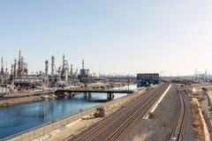 Industriområde i Los Angeles med järnvägsspår och oljabransch Royaltyfri Foto