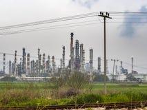 Industriområderaffinaderier under ett moln av himmel Staden av Haifa, Israel Royaltyfri Foto