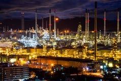 Indutry Raffinerie des Öls im petrochemischen Werk bei Sonnenuntergang Lizenzfreie Stockbilder