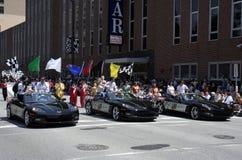 Indy 500个司机Bernaldi、Camara和Moraes招呼爱好者在500个节日游行 库存照片