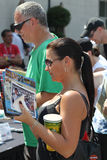 Indy 500等待在线的种族爱好者得到题名节日公共天 库存图片