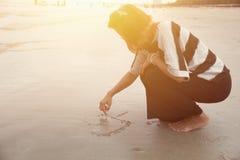 Indy kobiet samotnie remisu kierowy kształt na plaży Zdjęcia Royalty Free