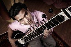 indyjski mężczyzna bawić się sitar Obrazy Stock