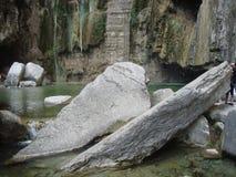 Indywidualne metamorficzne skały w kras dolinach fotografia royalty free