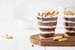Indywidualni desery w szkłach, czekoladowa błahostka z sercami fotografia stock