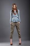 indywidualność Modny moda model w spodniach obrazy royalty free