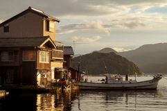 INE京都,日本:8月 14日2017年-古老渔夫村庄在京都,日本Ine船库的一多云天  免版税库存照片