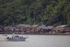 INE京都,日本:8月 14日2017年-古老渔夫村庄在京都,日本Ine船库的一多云天  免版税图库摄影