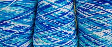 Ineengestrengeld gekleurd garen Stock Fotografie