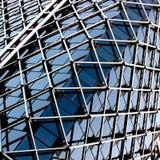 Ineinander greifentyp des Aufbauens mit Glas- und Metalldetail Stockbild