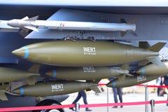 Inert bombarderar och missiler som fästas till vingen av jaktflygplanet för RSAF F15-SG på Singapore Airshow Royaltyfri Bild