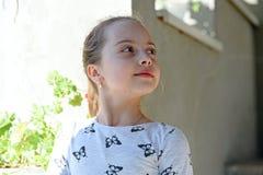 Infância e frescor Menina com pele nova no dia da mola ou de verão Criança com a cara bonito exterior Criança da beleza com fresc imagem de stock