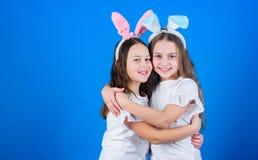 Infância feliz Conceito da amizade Vibrações da Páscoa Easter feliz As meninas de coelho do feriado com as orelhas longas do coel fotos de stock